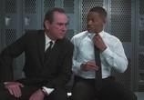 Сцена из фильма Люди в черном 2 / Men in Black 2 (2002) Люди в черном 2