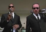 Сцена из фильма Люди в черном 2 / Men in Black 2 (2002)